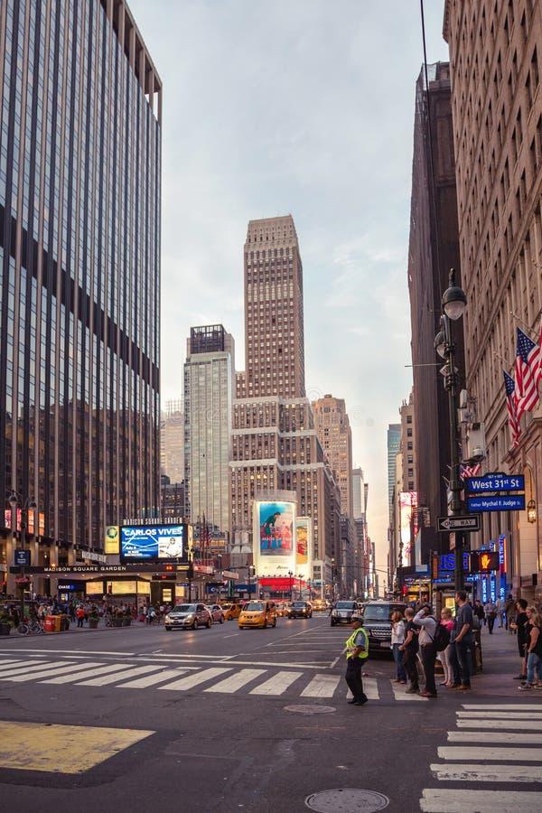 Camino de la calle de New York City en el tiempo del día fotografía de archivo libre de regalías