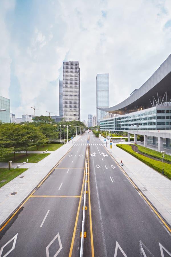 Camino de la carretera en ciudad moderna foto de archivo