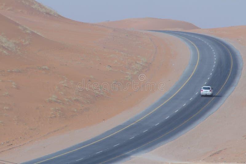 Camino de la carretera entre dos ciudades árabes imagen de archivo libre de regalías