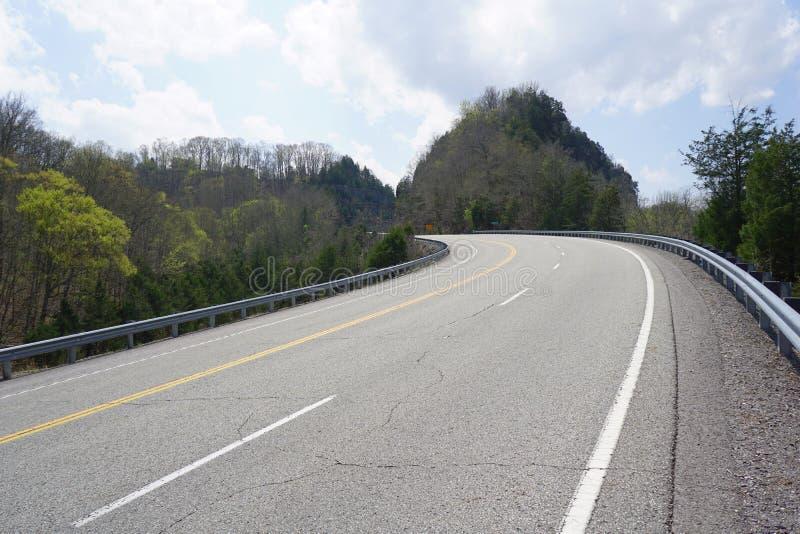 Camino de la carretera de la montaña del país foto de archivo
