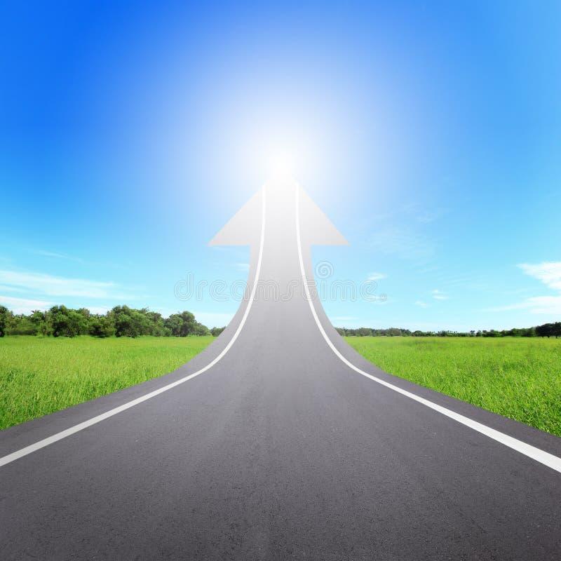 Camino de la carretera que sube como flecha imágenes de archivo libres de regalías