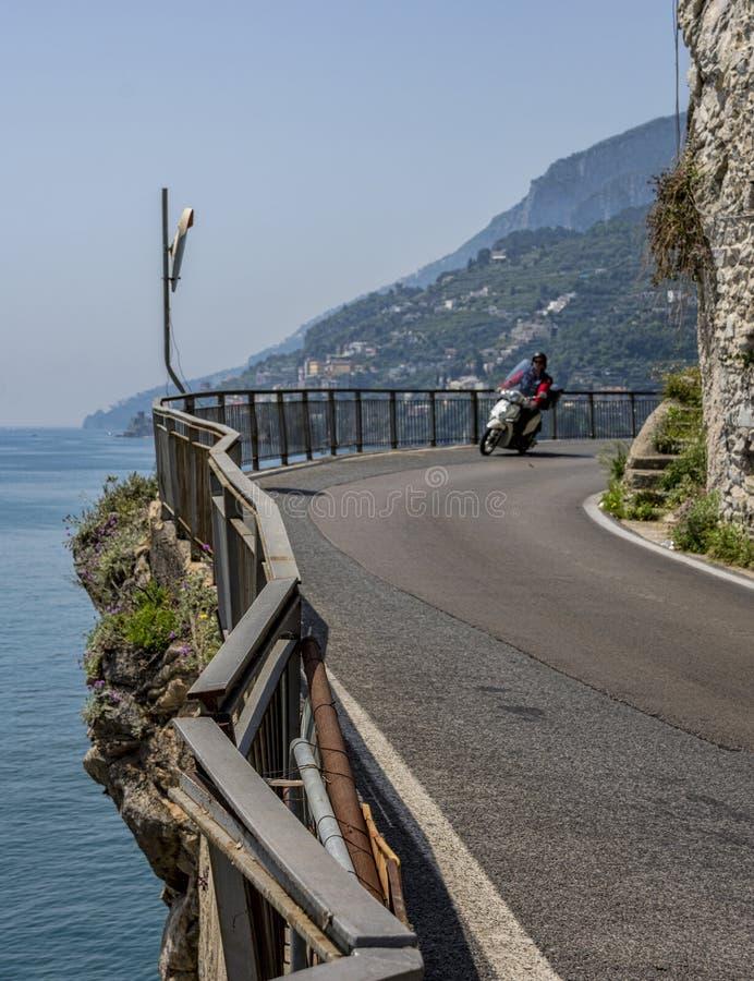 Camino de la costa de Amalfi, del pueblo de Maiori fotografía de archivo