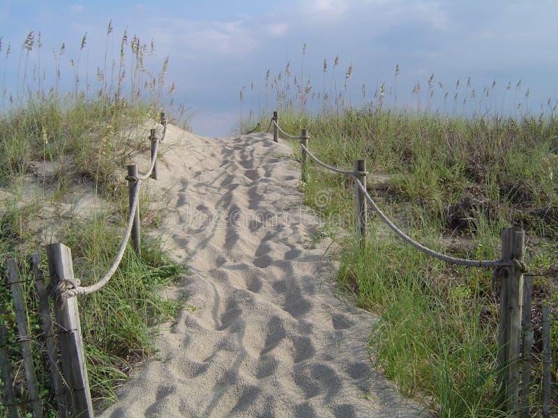 Camino de la duna de la playa con la cerca de la cuerda fotos de archivo