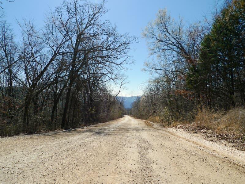 Camino de la grava del ` s Den State Park del diablo con las montañas fotografía de archivo libre de regalías