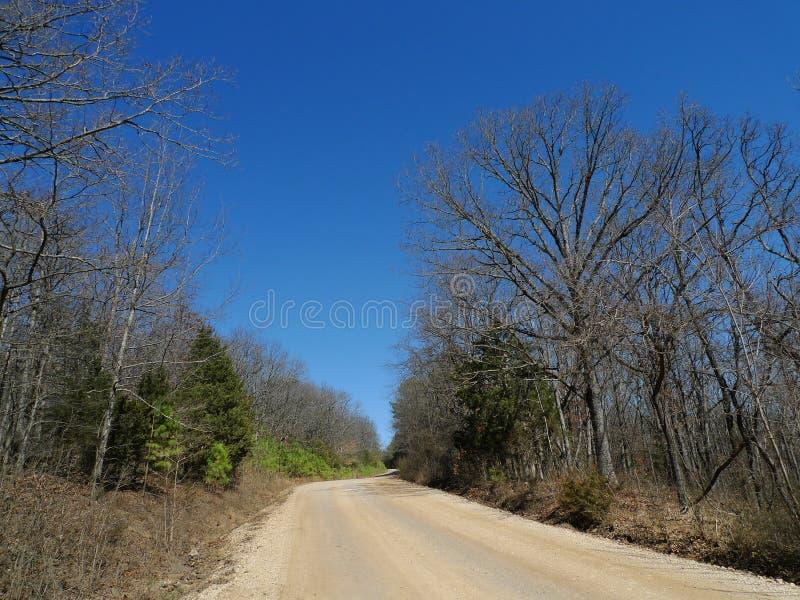 Camino de la grava del ` s Den State Park del diablo en primavera temprana foto de archivo