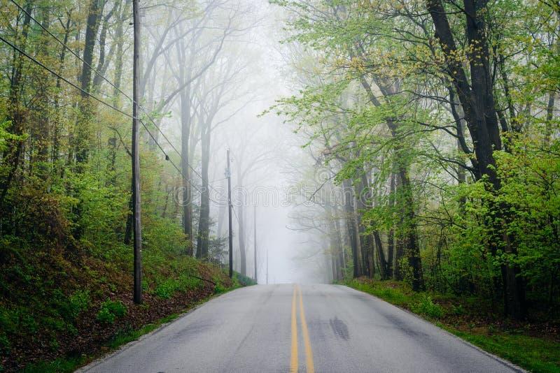 Camino de la iglesia de Shaffers en niebla, cerca de Glen Rock, Pennsylvania imagen de archivo libre de regalías