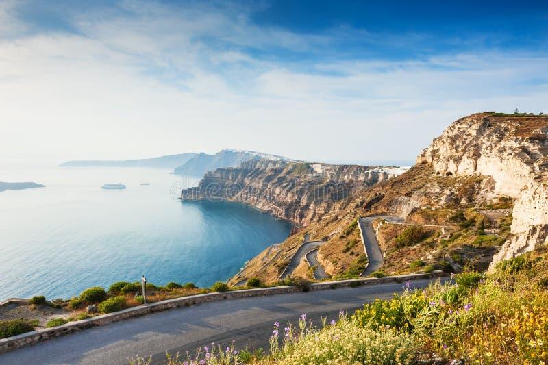 Camino de la montaña al puerto en la isla de Santorini, Grecia fotografía de archivo