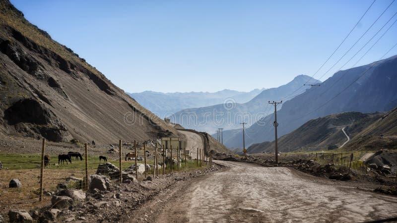 Camino de la montaña con hermosa vista en el barranco Maipo, Chile imagen de archivo