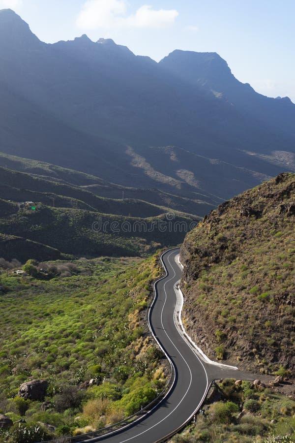 Camino de la montaña con los caminos curvy fotografía de archivo