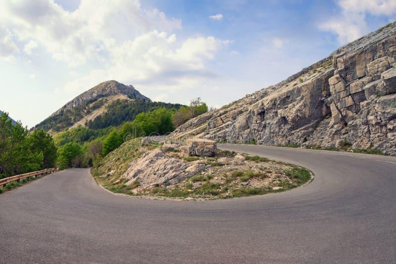 Camino de la montaña con vuelta de 180 grados Montenegro, vista del parque nacional de Lovcen fotos de archivo