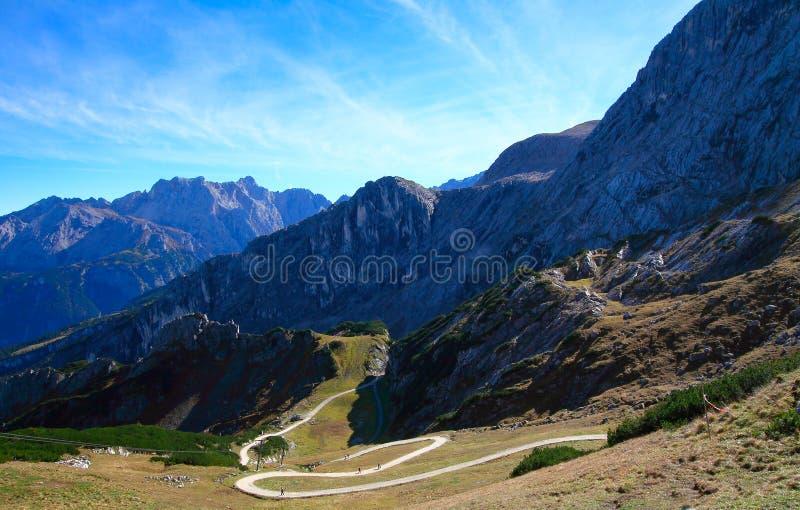 Camino de la montaña del zigzag foto de archivo