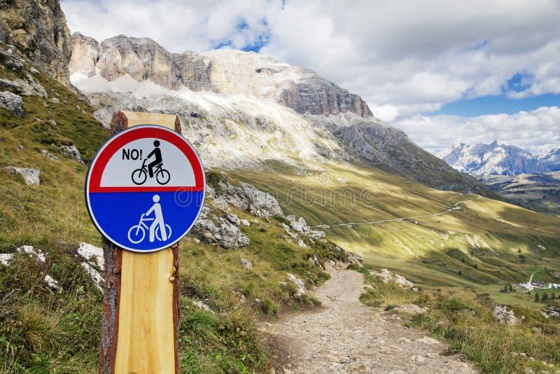 Camino de la montaña en dolomías imagen de archivo