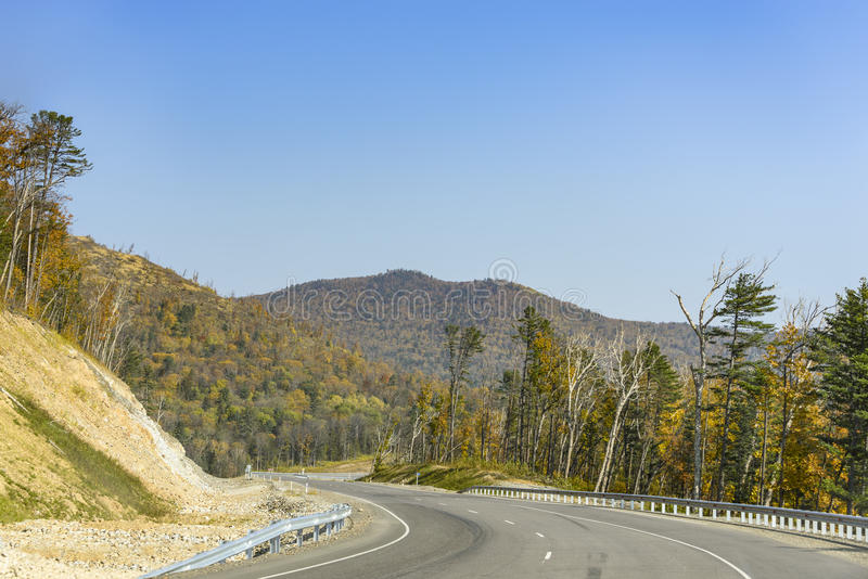 Camino de la montaña en el taiga de Extremo Oriente foto de archivo