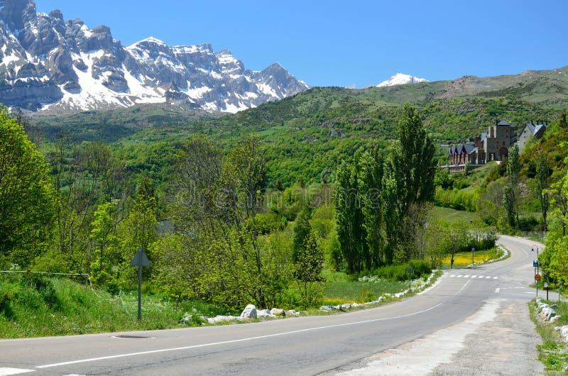 Camino de la montaña en los Pirineos españoles fotografía de archivo