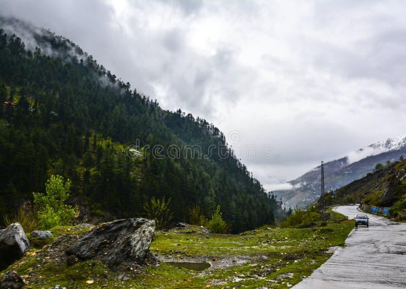 Camino de la montaña en Naran Kaghan Valley, Paquistán imágenes de archivo libres de regalías