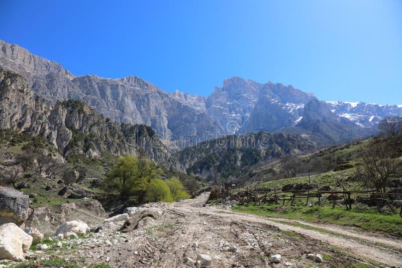 Camino de la montaña en Ossetia-Alania del norte, Rusia imagen de archivo