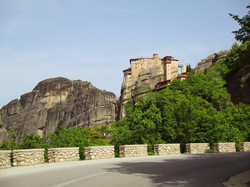 Camino de la montaña a los monasterios magníficos de Meteora, Grecia fotos de archivo