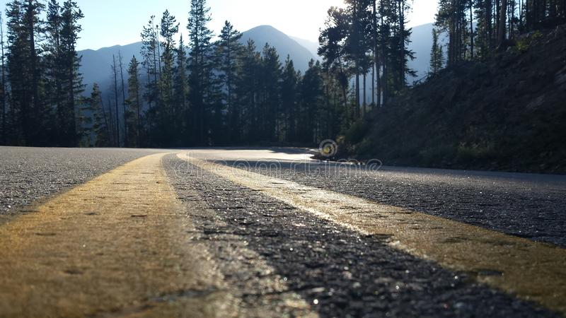 Camino de la montaña rocosa imagenes de archivo