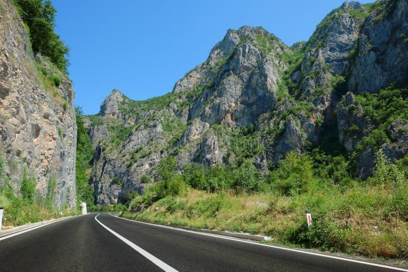 Camino de la montaña de Serbia fotografía de archivo
