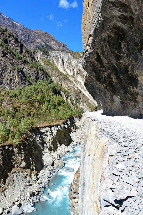 Camino de la montaña tallado en piedra fotos de archivo libres de regalías