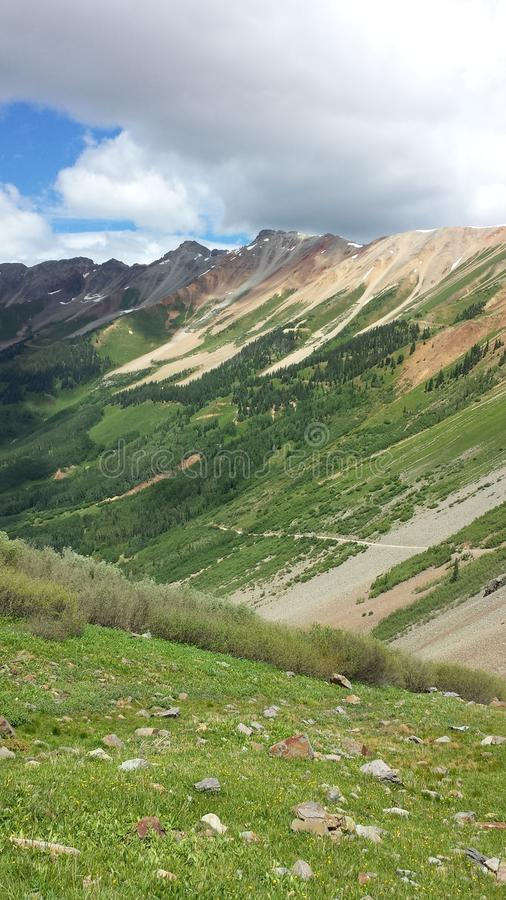 Camino de la montaña a través de rocas fotografía de archivo