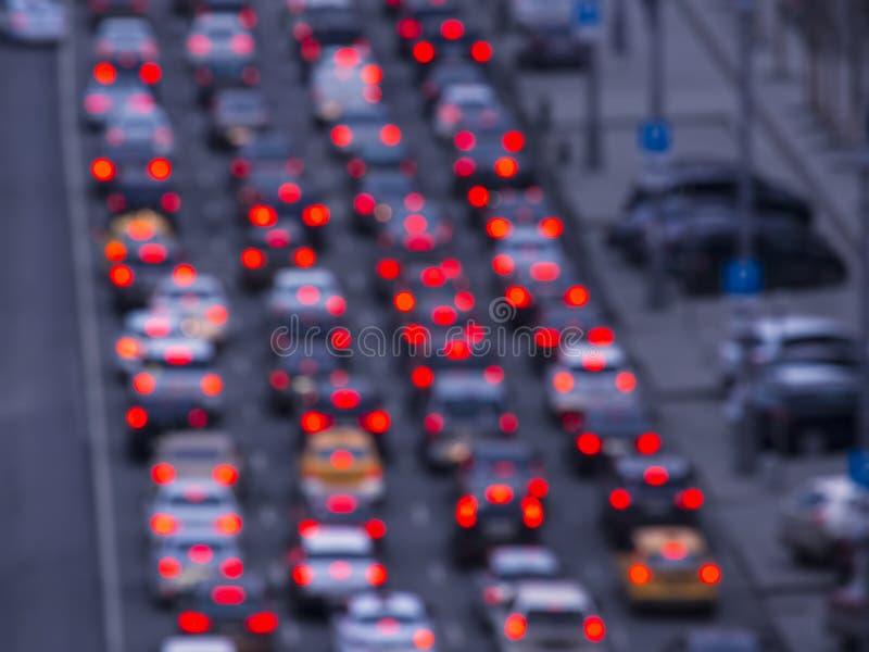 Camino de la noche en la ciudad de los atascos de los coches de las luces foto de archivo libre de regalías