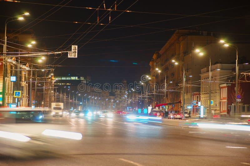 Camino de la noche en la ciudad de los atascos de los coches de las luces fotos de archivo libres de regalías