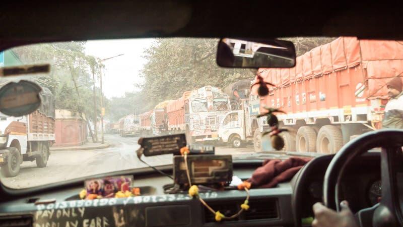 Camino de la piel, Kolkata, Bengala Occidental, el 10 de enero 2019: Punto de vista del coche al revés, impulsión en la ciudad Pa imagen de archivo