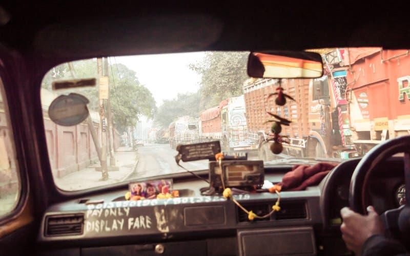 Camino de la piel, Kolkata, Bengala Occidental, el 10 de enero 2019: Punto de vista del coche al revés, impulsión en la ciudad Pa fotografía de archivo