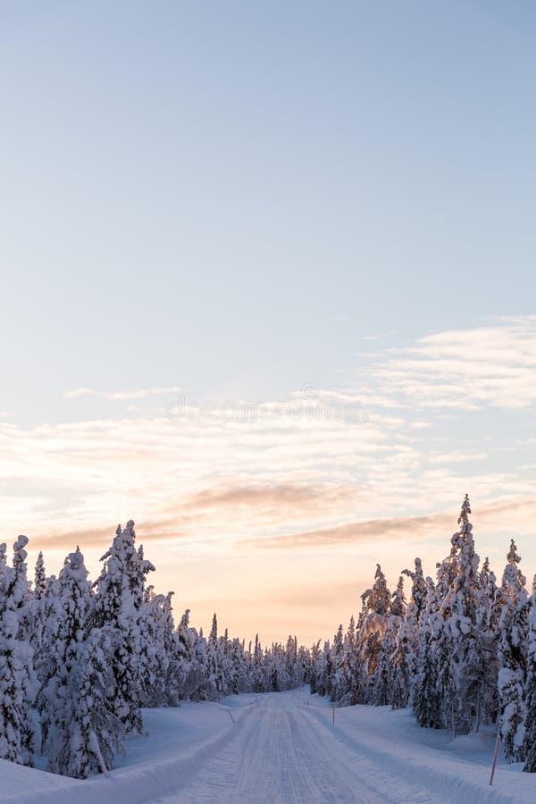 Camino de la puesta del sol de la escena de Laponia del país de las maravillas del invierno fotos de archivo