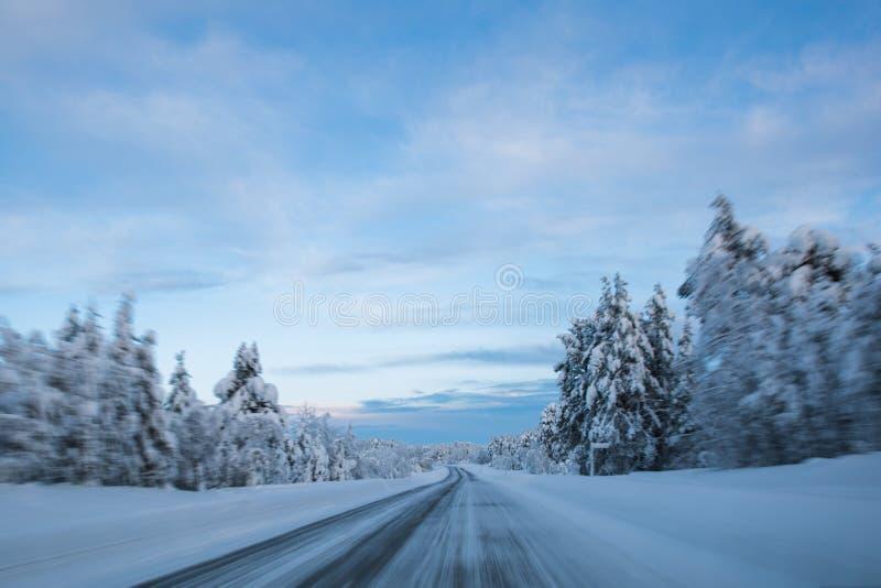 Camino de la puesta del sol de la escena de Laponia del país de las maravillas del invierno fotografía de archivo