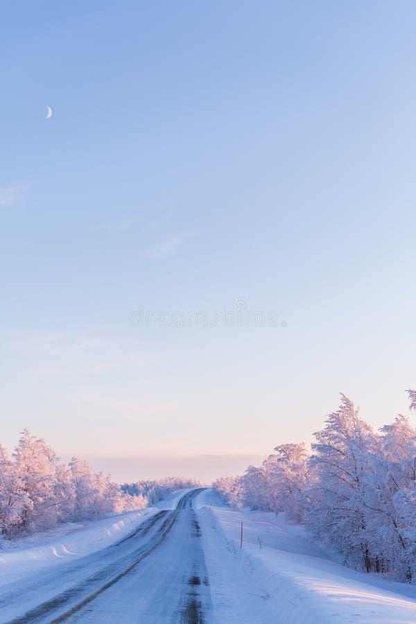 Camino de la puesta del sol de la escena de Laponia del país de las maravillas del invierno foto de archivo libre de regalías