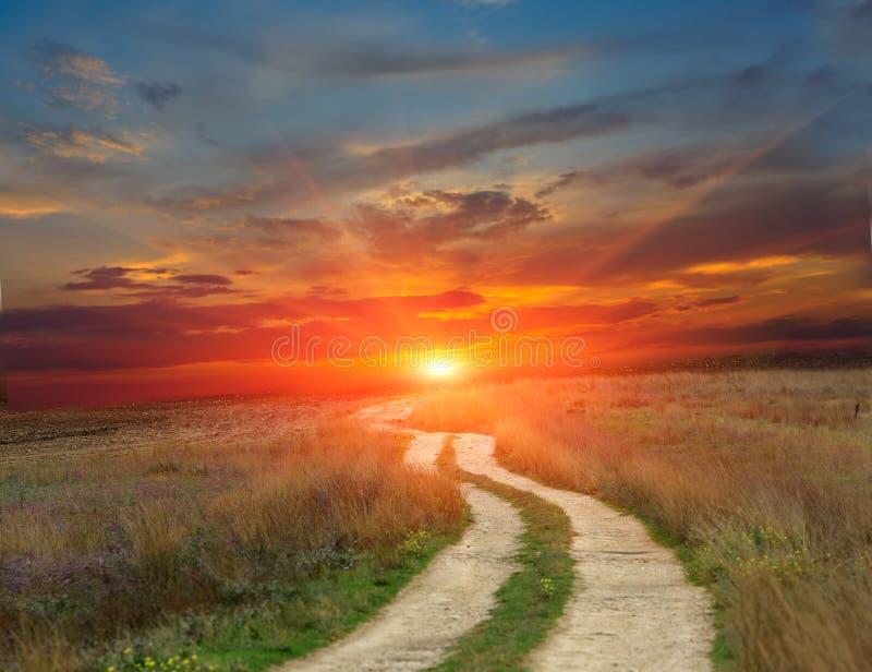 Camino de la rodera a la puesta del sol imagen de archivo
