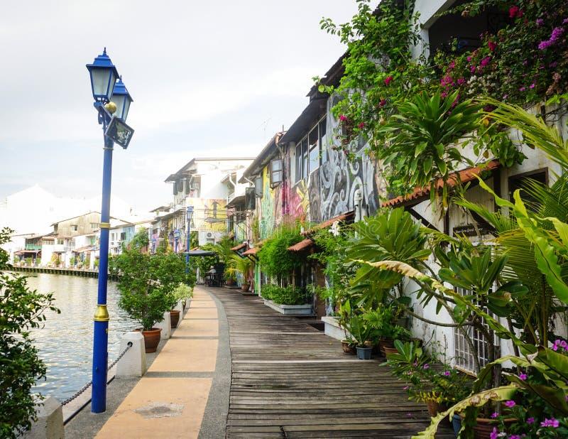 Camino de madera con muchas casas viejas en Melacca, Malasia fotografía de archivo