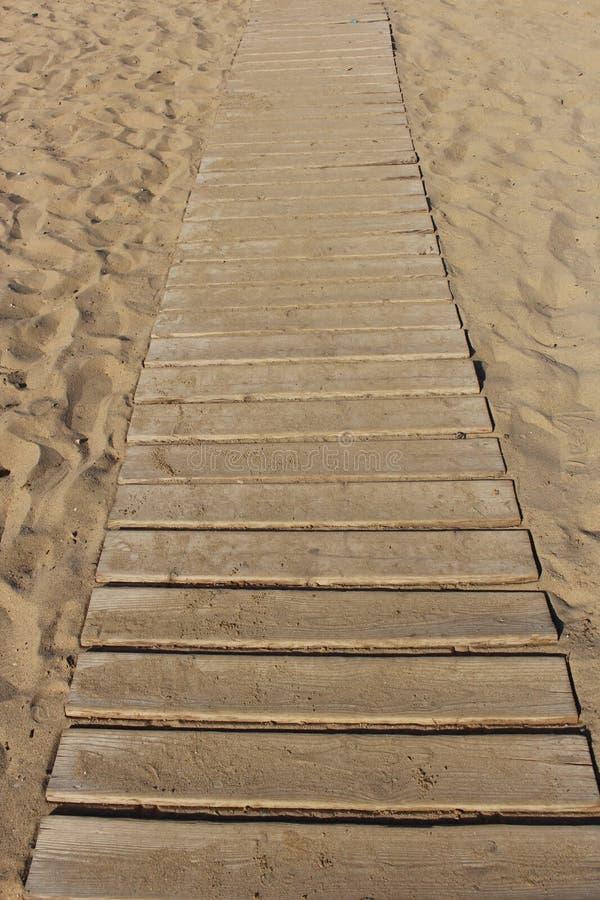 Camino de madera en la arena imagen de archivo libre de regalías