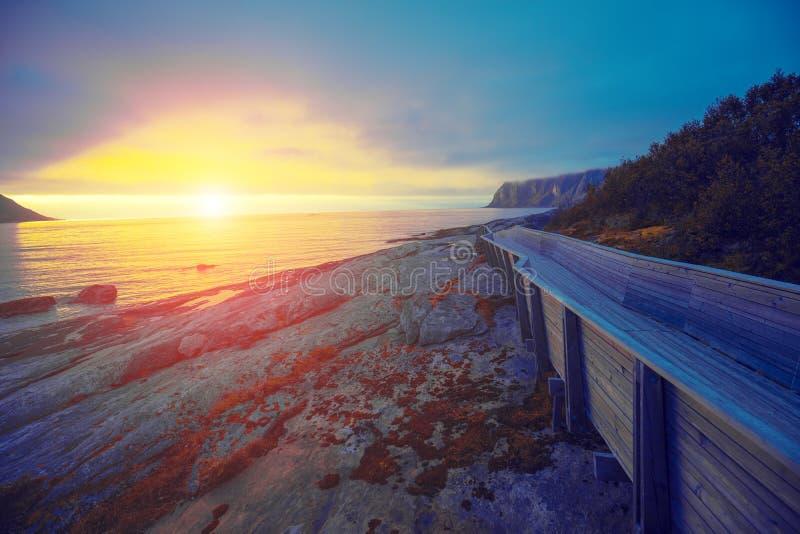 Camino de madera en la playa rocosa foto de archivo
