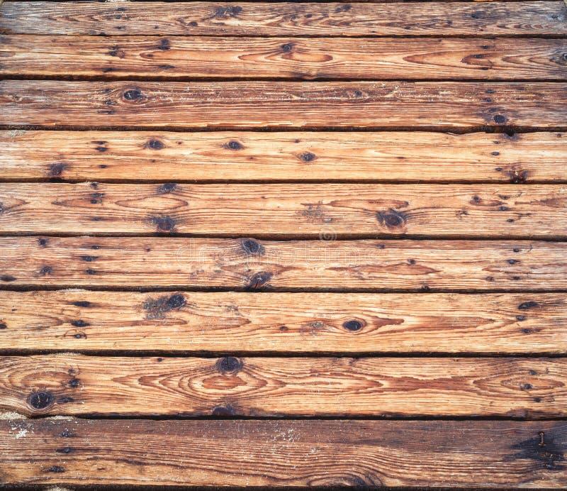 Camino de madera en una playa arenosa en verano fotografía de archivo