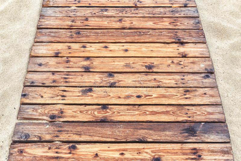 Camino de madera en una playa arenosa en verano imágenes de archivo libres de regalías