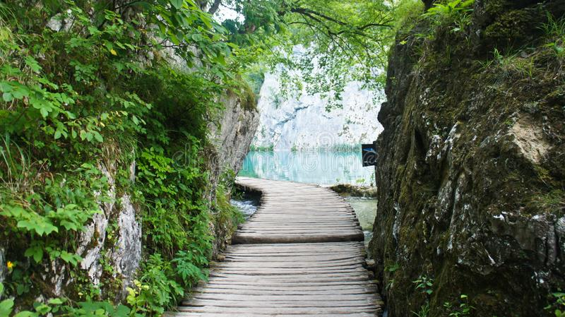 Camino de madera sobre el agua entre las rocas, lagos Plitvice en Croacia, parque nacional imagen de archivo libre de regalías