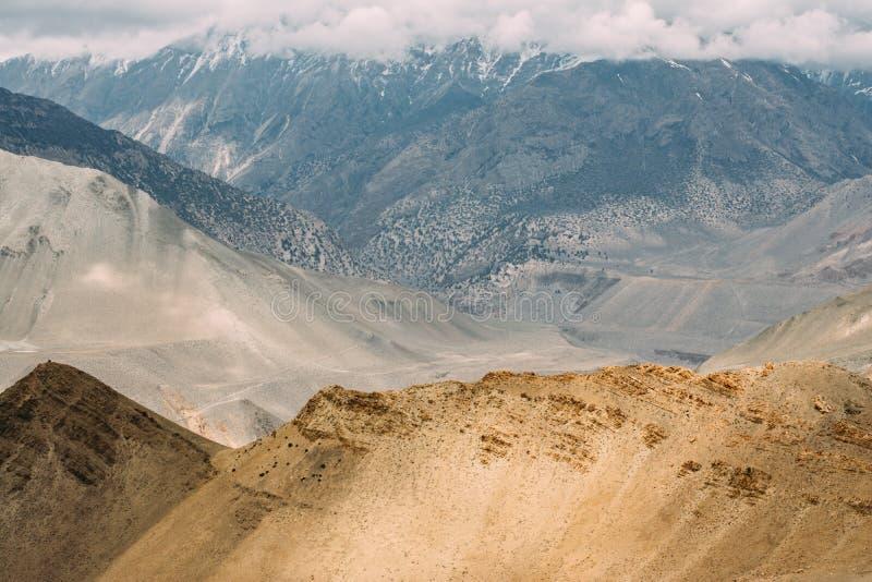 Camino de Muktinath a Kagbeni, una parte del viaje del circuito de Annapurna en área de la protección de Annapurna, Nepal fotos de archivo libres de regalías