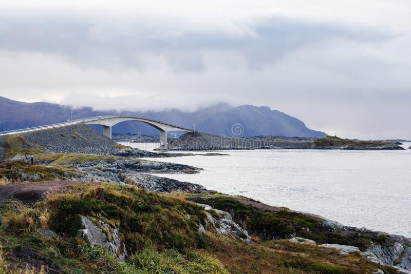 Camino de Océano Atlántico, Averøy, Noruega, 10/8/2017, ilusión óptica imágenes de archivo libres de regalías