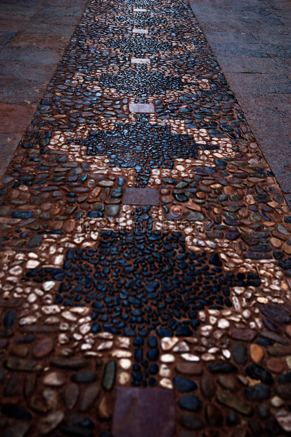 Camino de piedra en las calles o imagen de archivo