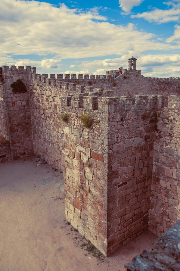 Camino de piedra de la pared de la torre encima de él, en el castillo de Trujillo foto de archivo