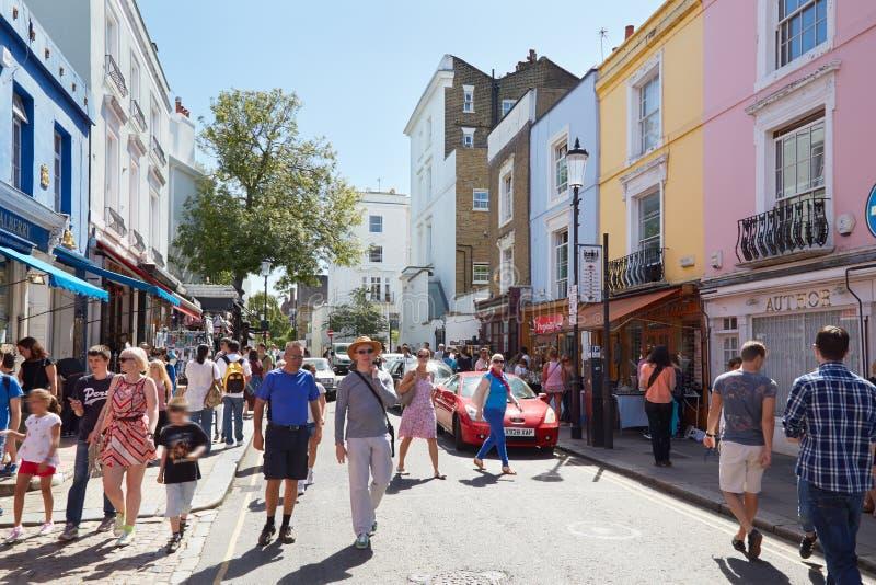 Camino de Portobello con la gente en un día soleado en Londres imagenes de archivo