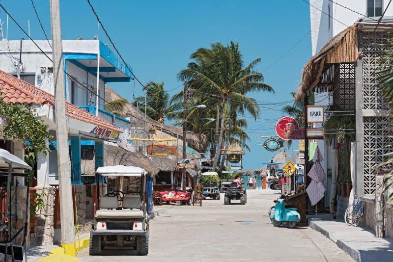 Camino de Sandy con los turistas y las paradas en la isla de Holbox, Quintana R imagenes de archivo