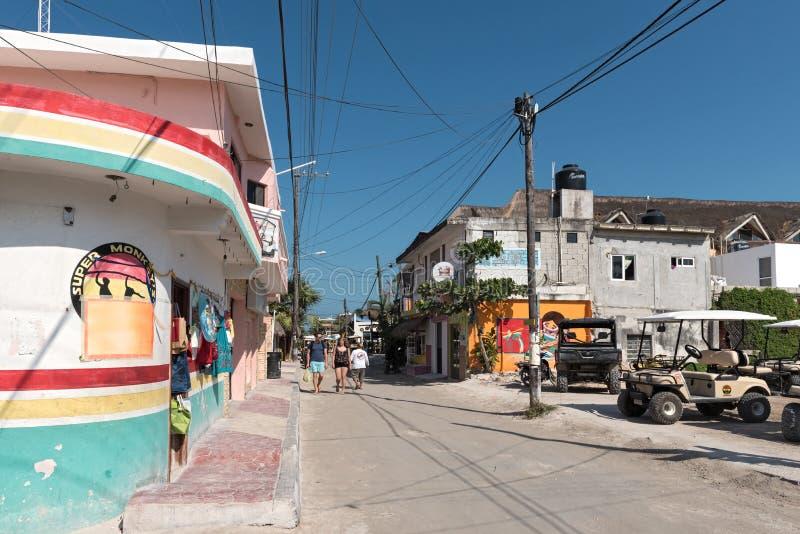 Camino de Sandy con los turistas y las paradas en la isla de Holbox, Quintana R fotografía de archivo