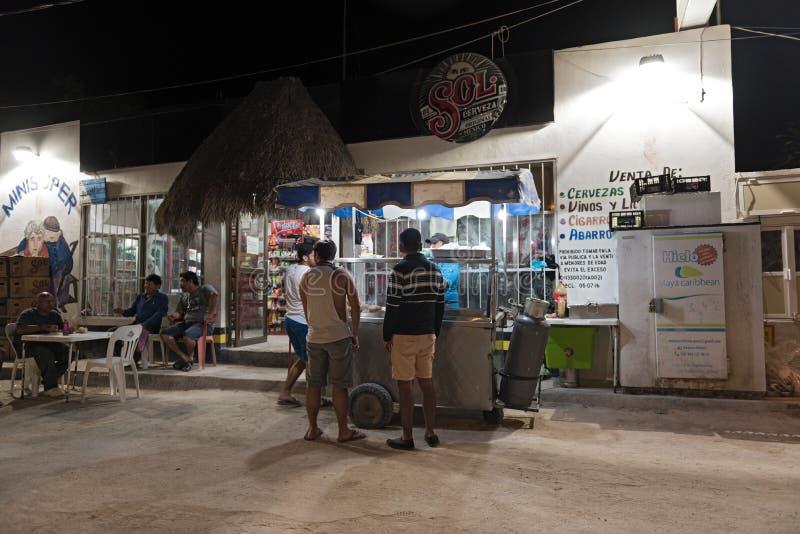 Camino de Sandy con los turistas y las paradas en la isla de Holbox, Quintana R imagen de archivo