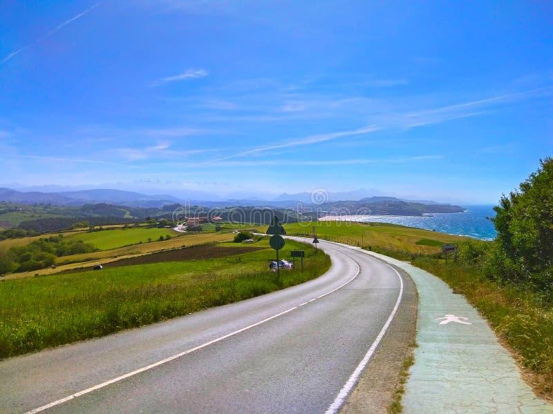 Camino De Santiago Malerische Straße nah vom Ozean stockfoto