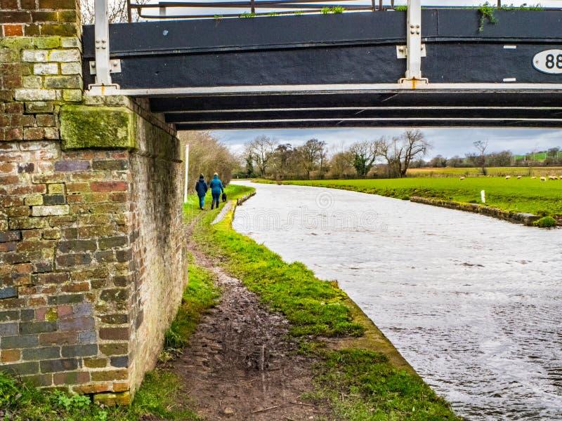 Camino de sirga del puente y del canal de CaCanal en camino de sirga del puente y del canal de Englandnal en Inglaterra fotos de archivo libres de regalías