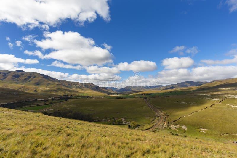 Camino de tierra abajo en el valle imagen de archivo libre de regalías